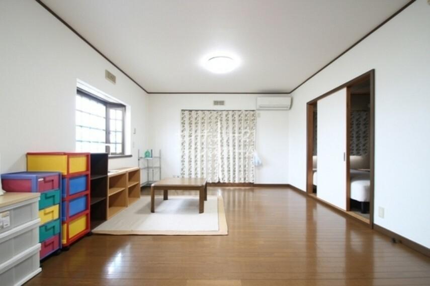 寝室 ご夫婦の主寝室にオススメのお部屋をご用意しました。 窓からはあたたかい日差しが降り注ぎます。