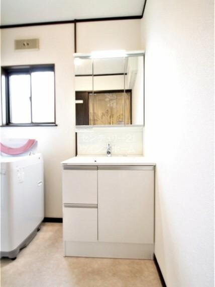 洗面化粧台 朝の混雑時にも嬉しいゆとりのある洗面台 豊富な収納で綺麗な洗面所を保てます。