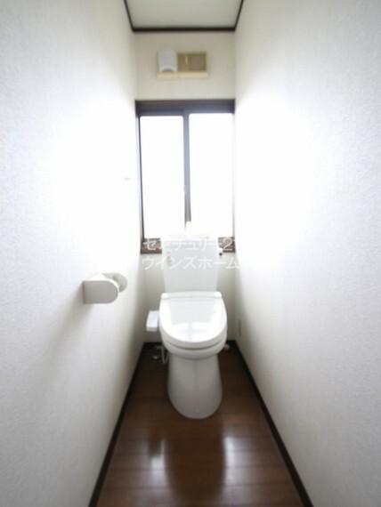 トイレ いつでも快適に使える温水洗浄便座! 窓があるので、嫌な臭いもこもりません。