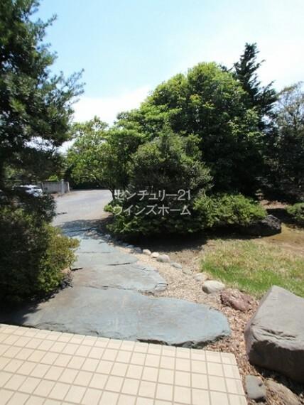 外観・現況 自然あふれる緑に囲まれたお家
