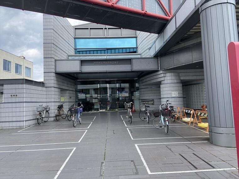 図書館 清水中央図書館(約400m・徒歩5分)約50万冊の蔵書あります。定期的に親子読み聞かせ会や映画会など親子で楽しめるイベントが開催されています(令和3年4月撮影)