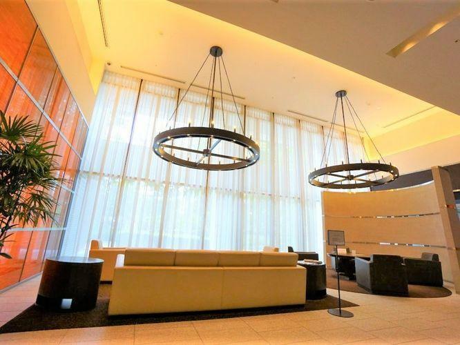 エントランスホール エントランスは天井が高くお洒落な高級ラウンジのようです。コンシェルジュでクリーニングや宅配などの依頼も出来、マンションの中で色々なことが完結出来ます。挽きたてのコーヒーも入れてくれるそうですよ!