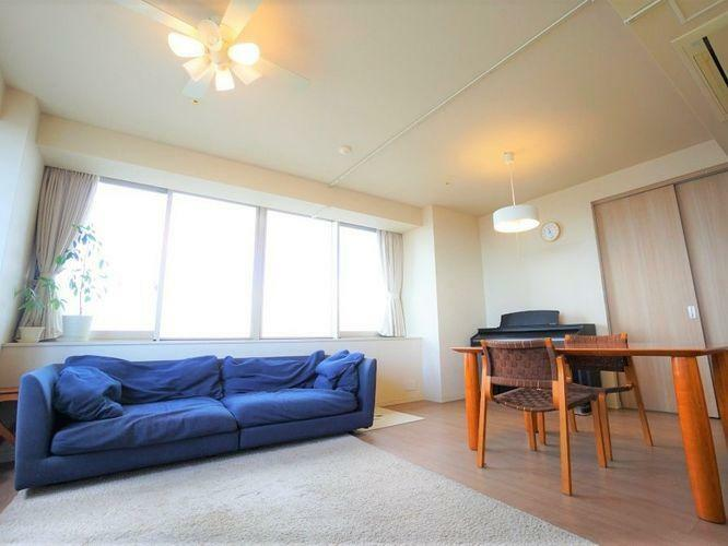 居間・リビング LDKは23帖超のゆとりある空間となっています。6帖の居室が隣り合っているので開け放していると信じられないくらいの解放感です。