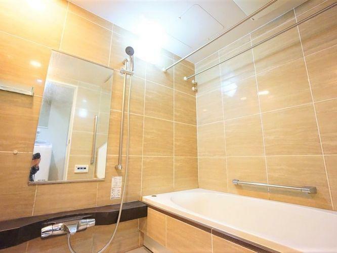 浴室 浴室は1620サイズのものが入っており、一般的な浴室よりも2周りくらい大きいです!浴室暖房乾燥機や、低床や手摺が付いてバリアフリー性も高く、暖かい床や浴槽でヒートショックのリスクも低減できます。
