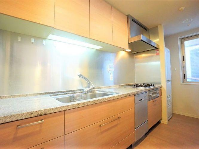 キッチン 大理石仕上げのキッチンは高級感のある風合いが魅力。耐久性が高く、お手入れも簡単です。浄水器やディスポーザー、食洗器も設置されていて、キッチンを任される奥様・ご主人様にとって嬉しい設備が盛り沢山ですよ!