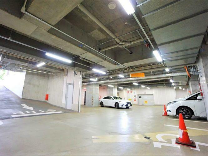 駐車場 駐車場はまるで商業施設のよう。昇降式のもので雨に濡れて汚れたり、誰かにいたずらされたりする心配もございません。大切なお車ですから、その保管方法も重要ですよね。
