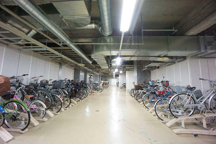 駐車場 写真はほんの一角ですが、信じられないくらいの量の自転車が停められる駐輪場です。一戸世帯あたり複数利用している方も多いらしいので、自転車の数が多いご家族は嬉しいですよね。