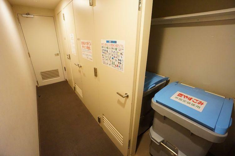これは他のマンションでは見たことない設備ですね!実は各フロアに簡易的なゴミ捨て場があります。高層マンションですので、1階までゴミを持っていくのは大変・・・簡易的なゴミでしたら問題なく捨てられますよ!