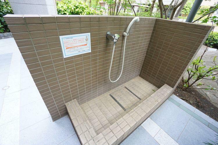 裏口に設置された足洗い場です。当該マンションはペットが飼育可能ですのでワンちゃんの足洗い場として利用出来、助かりますね