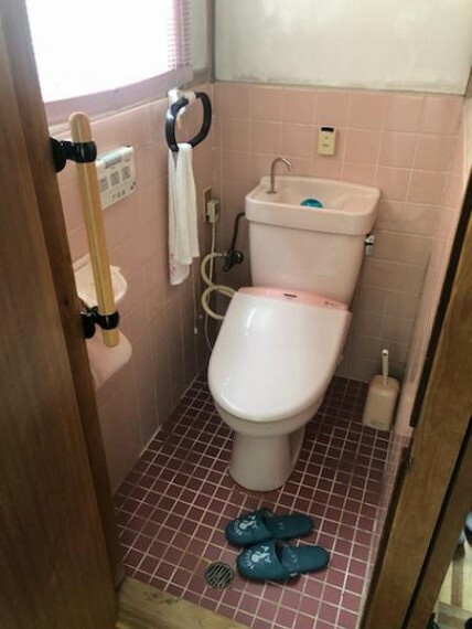 トイレ まだまだ使えます。便座部分のみのリフォームも承ってますのでお気軽にご相談下さい!