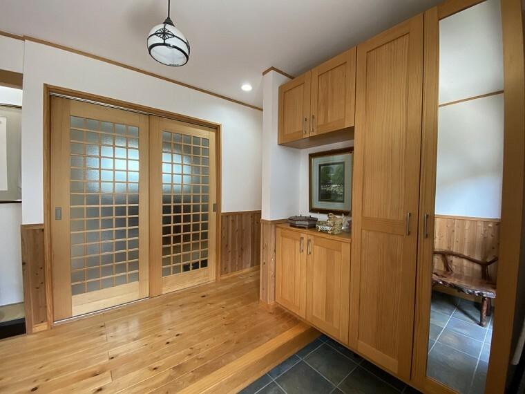 玄関 広くて明るいで玄関です。天井までの高さがあるたっぷり玄関収納。姿見がついているのも便利。