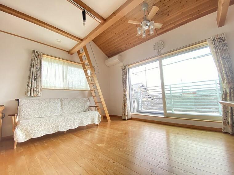 居間・リビング シーリングファンライトが特徴的な、光と風がはいりこむ贅沢なゆとり空間。