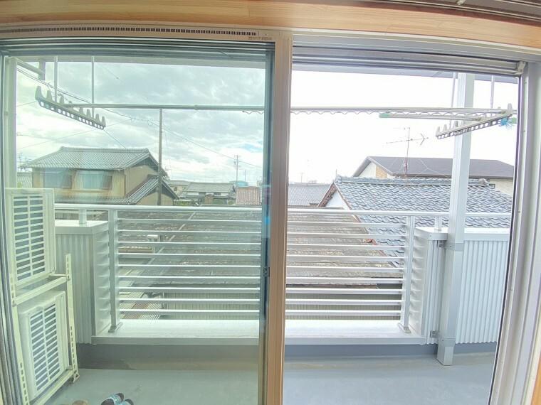 居間・リビング 日差しがうれしい2階のリビング。大窓からの見晴らしも気持ちいいです