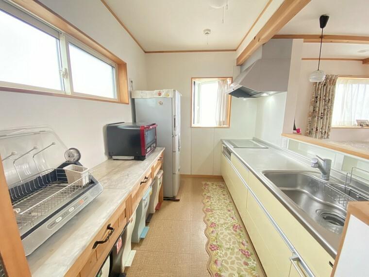 キッチン 家族と会話が出来る明るくて広い2階のコミュニケーションキッチン。便利なパントリーもあります。
