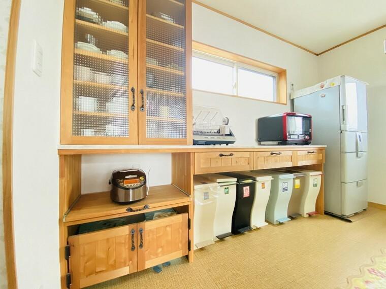 キッチン 窓があり、暖かな陽が差し込みます。使い勝手の良く木目の美しい造作の食器棚。カウンター付でキッチン家電もたくさん設置できますね!
