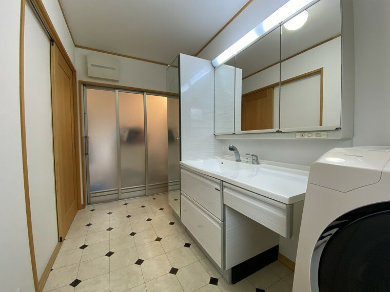 洗面化粧台 ゆとりのある4帖の洗面所で忙しい朝の時間帯も混雑することがありません。エアコンも付いており、身支度にもストレスフリーですね!