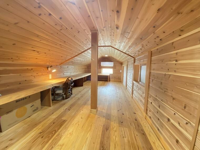 2ヶ所のロフト(約13帖)があり、エアコン付で書斎としても利用できます。すべて杉のフローリングで木のカウンター付です。