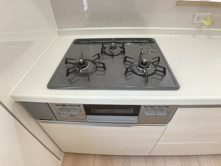 キッチン 三口コンロですので同時進行でお料理が作れますね。