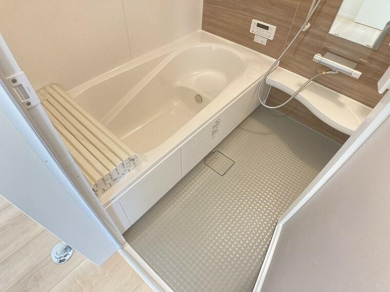 浴室 足を伸ばしてゆっくり湯船に浸かることができます
