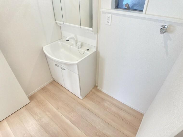 洗面化粧台 清潔感のある洗面所。窓もあるので換気もしっかりできます!