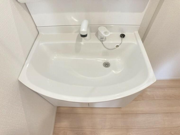 洗面化粧台 ミラー扉の内側が収納スペースになっていて、洗面周りがスッキリします!