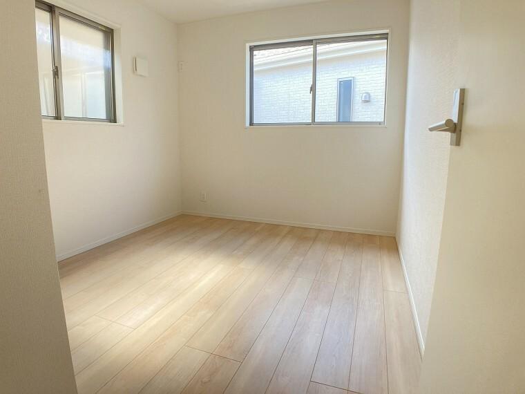 洋室 窓から陽の光がしっかり入る明るいお部屋です