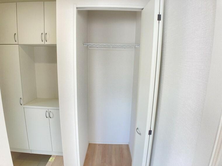 収納 玄関収納です!ポールハンガー付きなのでアウターをかけておくことができます。