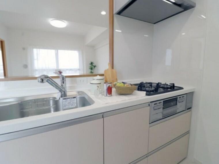 専用部・室内写真 3口コンロでしっかり自炊出来るキッチンです。お魚も煙を気にすることなく調理出来ます。