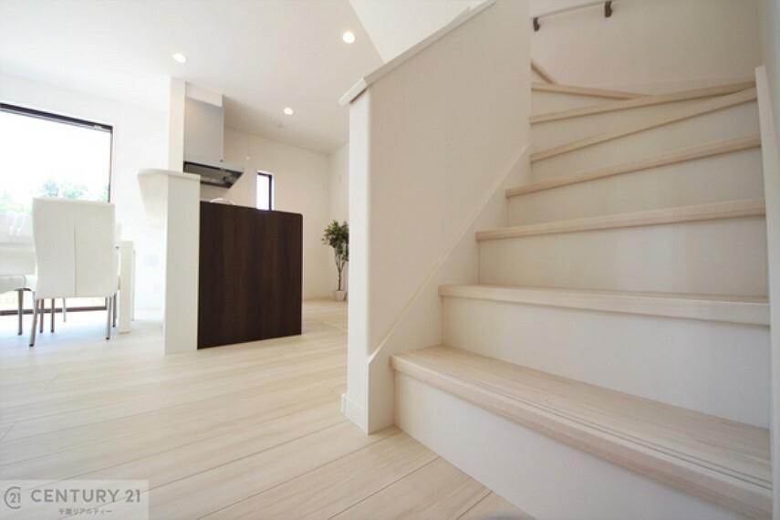居間・リビング コミュニケーションの取りやすいリビング階段となっております。自然と家族が集まり、会話が弾み笑顔が溢れる空間になりそうですね!