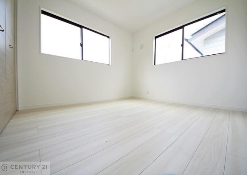 洋室 2面採光で明るい洋室。陽射しもしっかり入り、風通しも良好です。 ぜひ現地でご体感ください!