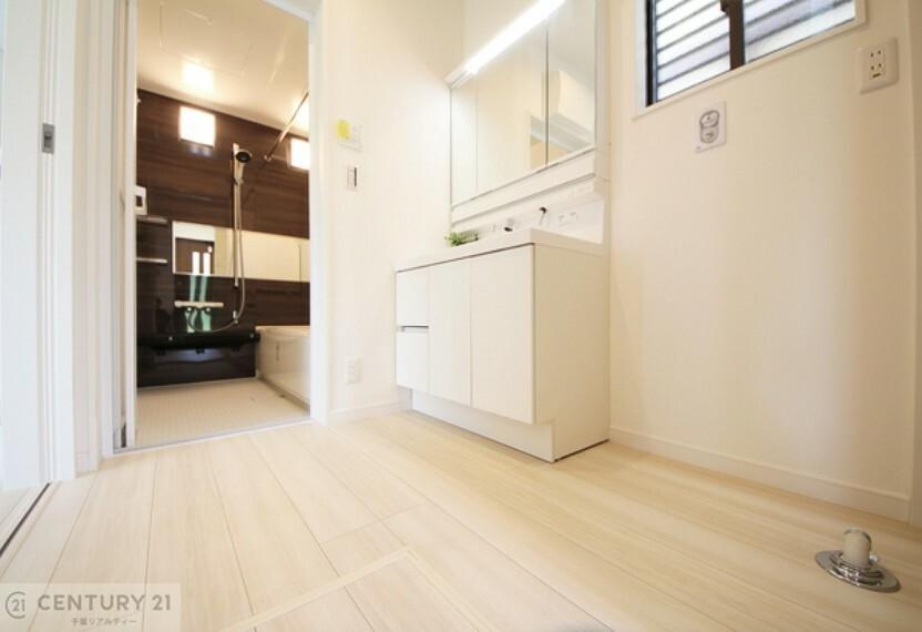 洗面化粧台 洗面所には小窓があるので換気もできます。洗面所も明るく清潔感あります。脱衣スペースも広々ですね!