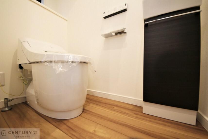トイレ シャワートイレです。1・2階にトイレがございます。朝の忙しい時間帯も待たずにすみそうですね。