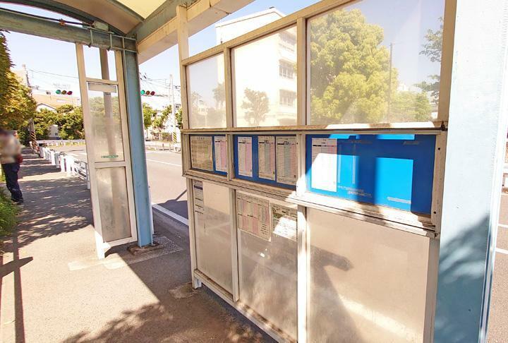 「本牧元町」バス停まで徒歩2分。みなとみらい線始発駅の元町・中華街駅行きのバス有り。