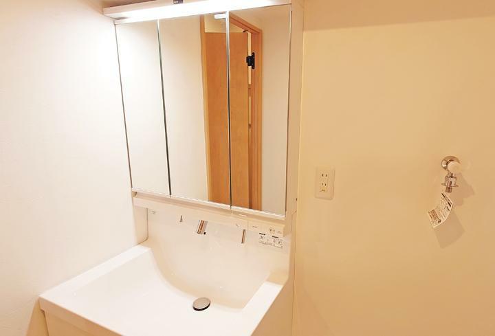 洗面化粧台 洗面化粧台新規交換。三面鏡の後ろは収納になっているので小物もスッキリと収納できます。
