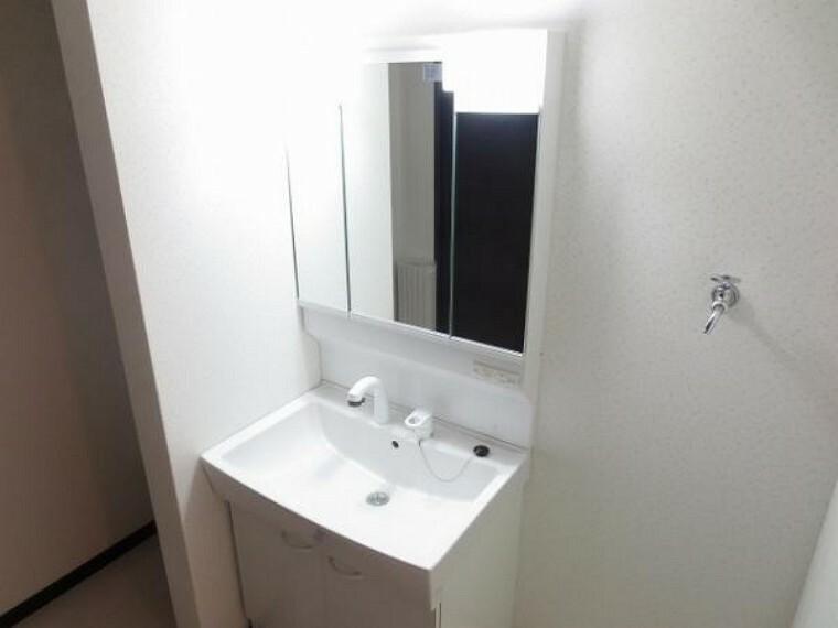 同仕様写真(内観) \同仕様写真/すらりとした水栓は洗髪もしやすいハンドシャワータイプです