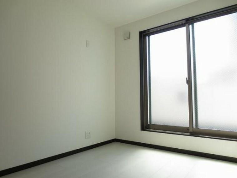 同仕様写真(内観) \同仕様写真/バルコニーに面した明るい洋室は子供部屋にもぴったりです