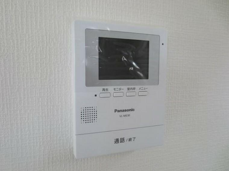 同仕様写真(内観) \同仕様写真/玄関先の様子が不安なとき、室内から映像と音で確認できます