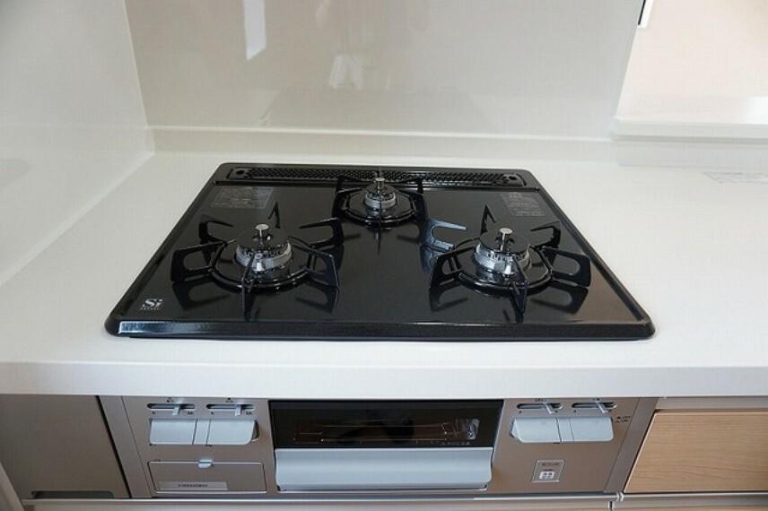 キッチン (同仕様写真)3口全てに温度センサーが付き、片面焼きグリルも搭載して安全で機能的なガスコンロです。