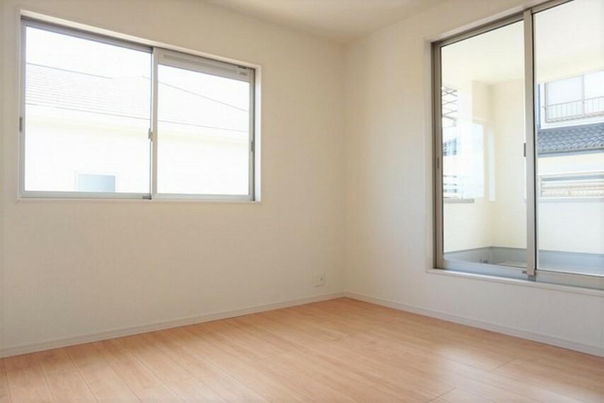 寝室 (同仕様写真)2面採光を確保した明るい室内は、風通しも良く、大変居心地の良い空間となっております。