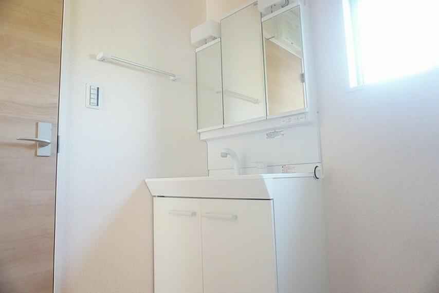 洗面化粧台 (同仕様写真)ミラー扉の内側が収納スペースになっています。洗顔やシャワーがしやすい大容量のボウルに、リフトアップできるシングルレバーシャワー、更にくもり止め鏡と、忙しい朝の準備が快適です。