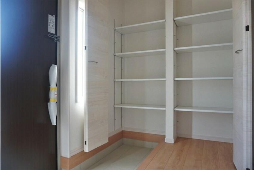 玄関 (同仕様写真)大容量のシューズボックスがついた玄関です。スリット(採光窓)の玄関扉により、採光もしっかり確保^^