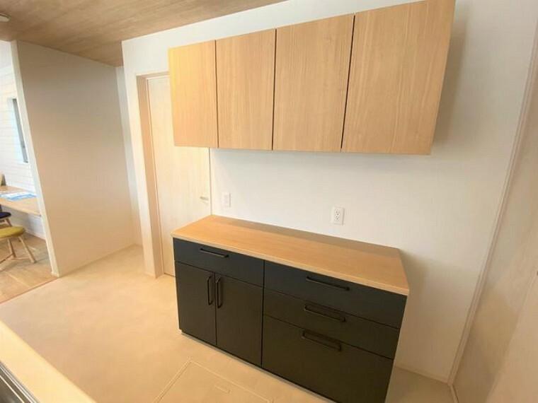 収納 キッチン後ろには収納付き!調理器具をスッキリとしまえます