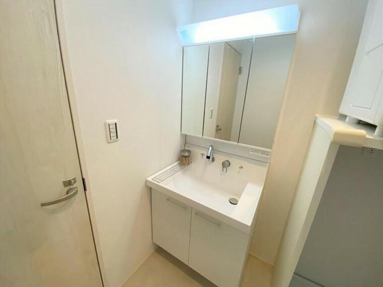 洗面化粧台 三面鏡付き洗面台です 洗面台下には収納付きで日用品をスッキリと収納できます