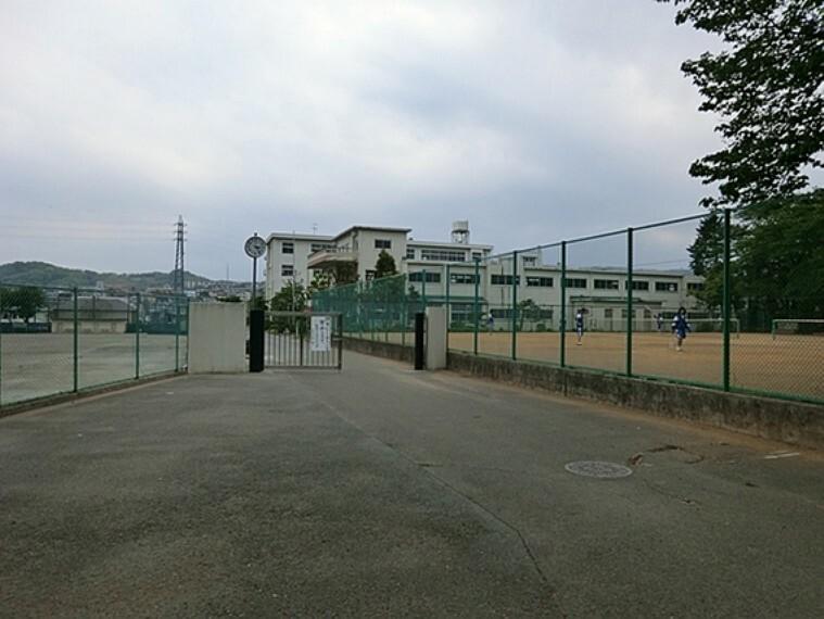中学校 秦野市立西中学校 距離約1000m