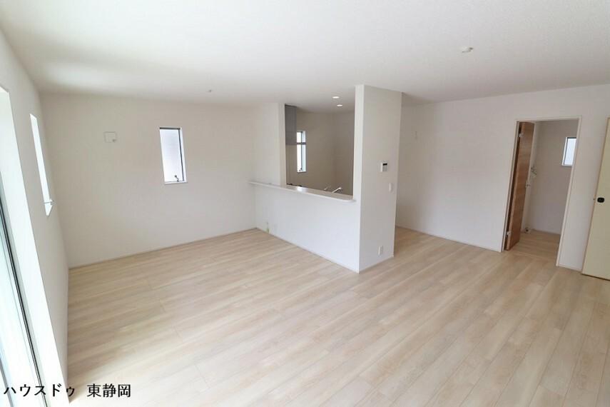 居間・リビング 16帖のLDK。明るい色のフローリングのためお部屋も明るい印象になりますね。