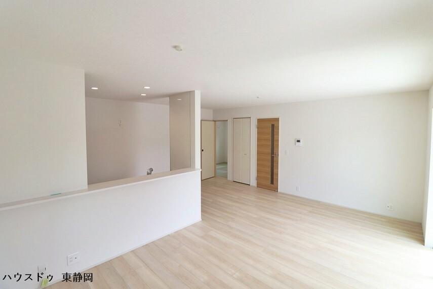 居間・リビング リビング内に収納スペースがあるので、頻繁に使用するもの等を収納しておくのに便利ですね。