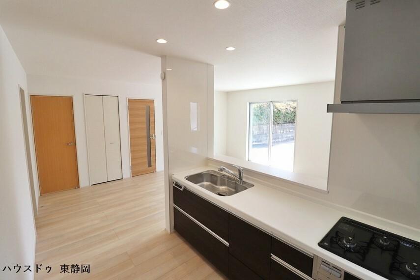 キッチン カウンターの開口部が広く、開放的なキッチンです。