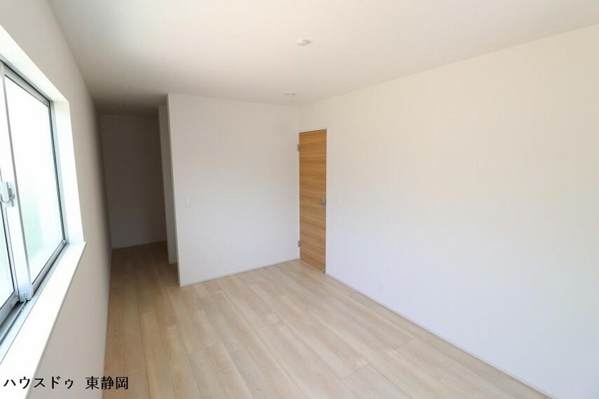 洋室 6.75帖洋室。全居室収納完備。収納家具を減らして広々空間をお楽しみいただけるように工夫されていますね