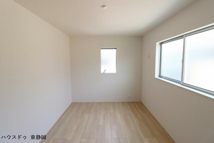 洋室 6.75帖洋室。成長しても使えるお部屋。勉強やお友達の訪問の際もお部屋があると嬉しいですね。