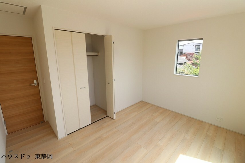 子供部屋 6.5帖洋室。クローゼットが付いているのですっきりと空間を使えます。